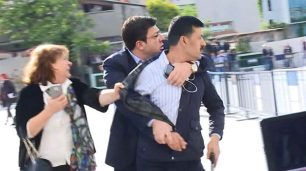 Dündar'a saldıran şahıs: Devlet büyüklerinin casusluk iddiası etkiledi