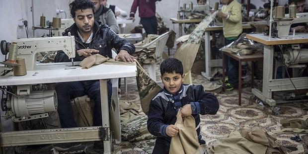 Savaştan kaçan çocuklara IŞİD üniformaları diktiriliyor