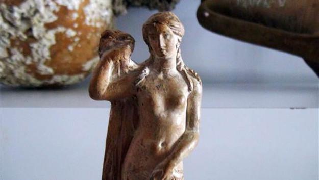 Daire fiyatına Afrodit heykeli
