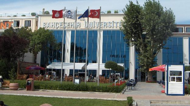 Bahçeşehir Üniversitesi'nde barış imzacısı profesör işten çıkarıldı
