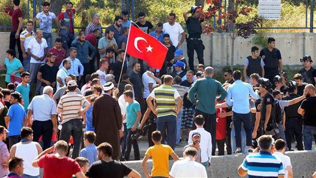 Fatih'te mermisi biten polise vatandaş yardım etti!