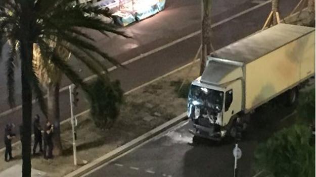 Fransa'da terör: Kamyonla en az 84 kişiyi ezerek öldürdü