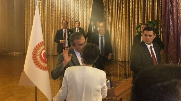 Meclis'te Önder'i kürsüden indirmek istediler