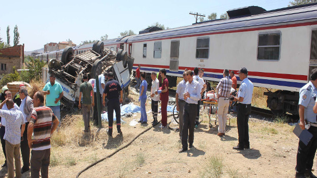Alaşehir'de tren minibüsü biçti: 6 ölü