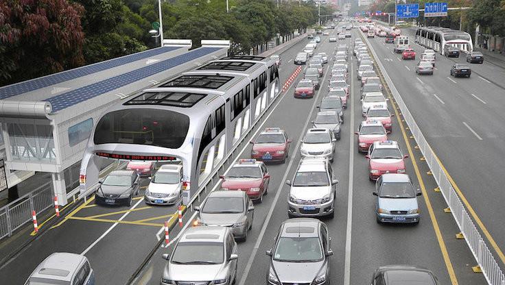 Trafiğe yeni çare: Yolun üzerinde ilerleyen otobüs