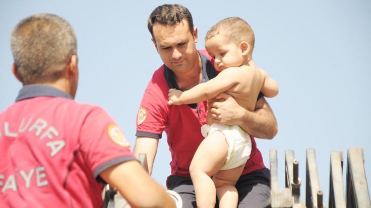 Suriyeli üç kardeşi itfaiye kurtardı