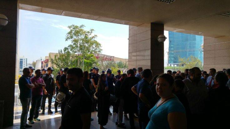 İzmir'de gözaltına alınan avukatlar serbest