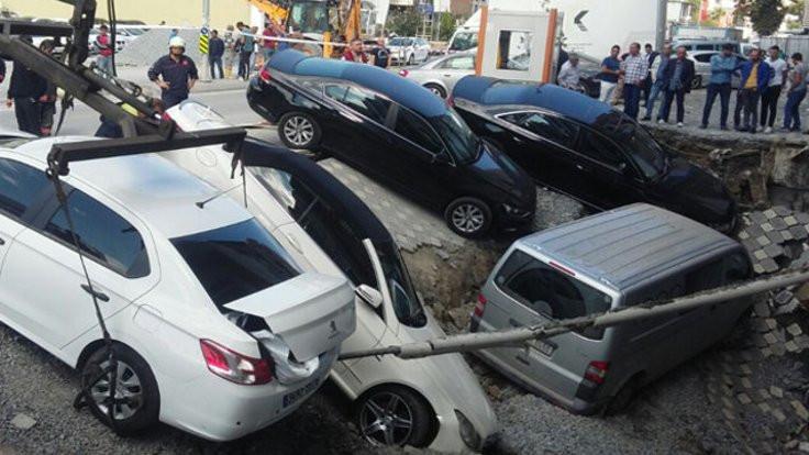 Merter'de yol çöktü, araçlar çukura düştü