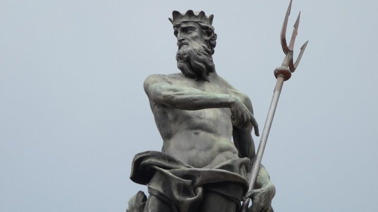 Tanrı heykellerine bürünen iktidar