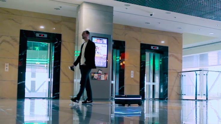 Sahibini takip eden robot bavul