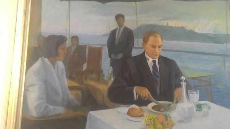 'Rakı içen' Atatürk geri geldi