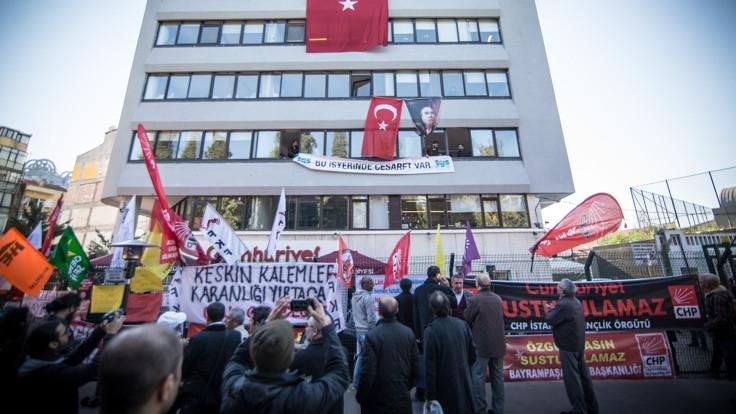 14 Türkiyeli gazeteci evlat edinildi