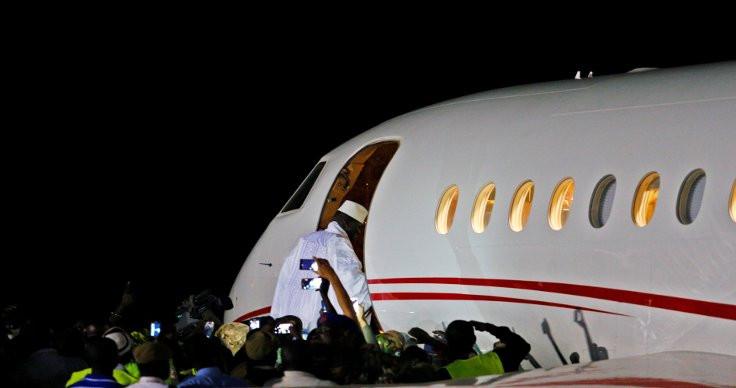'Koltuğa yapışan' başkan ülkesini terk etti