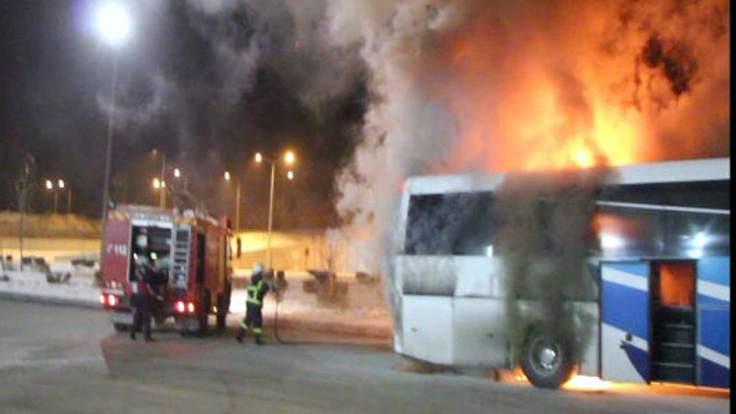 Yolcu otobüsü peronda yandı