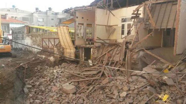 Tarihi binanın duvarı çöktü