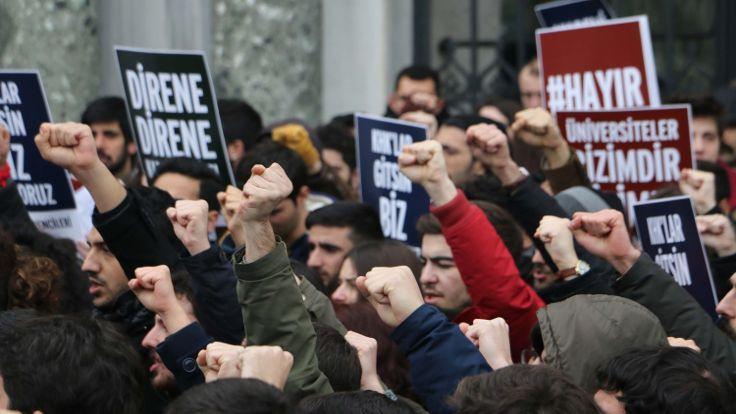 İstanbul Üniversitesi'nde eylem: Üniversite aşk gibidir