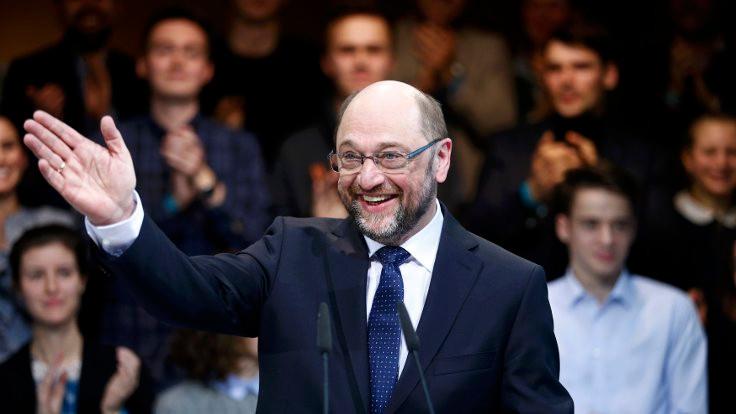 Schulz, Merkel'in tahtını sallıyor