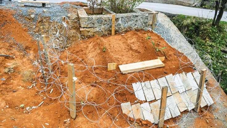 Ayılar açlıktan mezarları açıyor