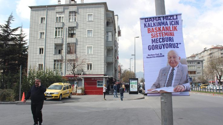 Saadet Partisi'nden Erbakan afişlerine tepki