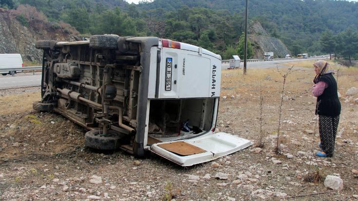 Kemer'de işçi minibüsü devrildi