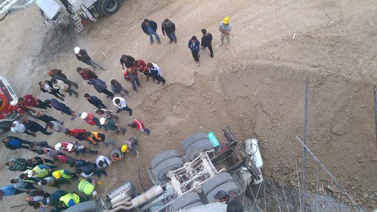 Ankara'da beton mikseri devrildi