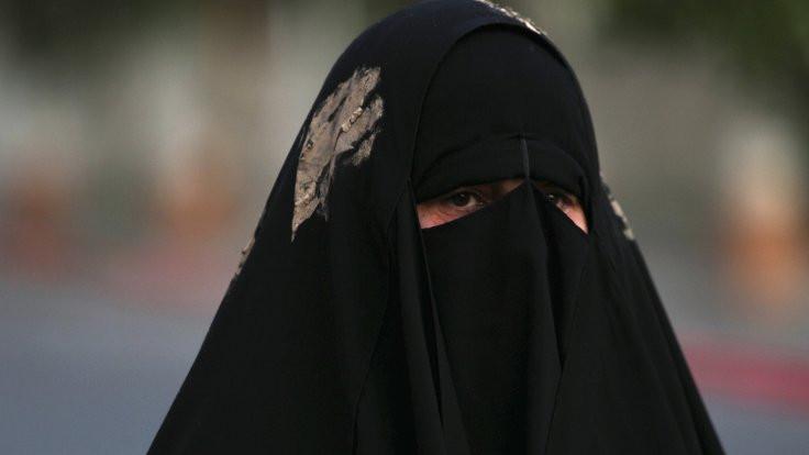 Tunus'ta kamu kurumlarında çarşaf yasaklandı