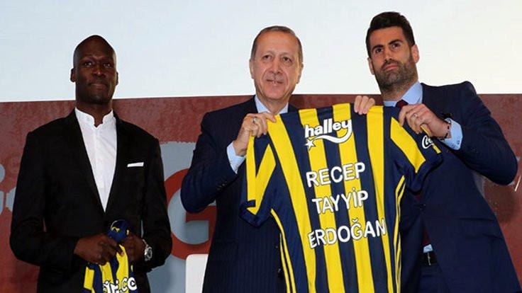 Fenerbahçeli futbolcular Erdoğan'a forma hediye etti