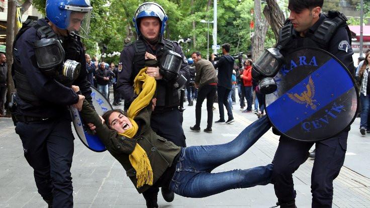 Zor zamanların özeti: Polis kimlik sorar!