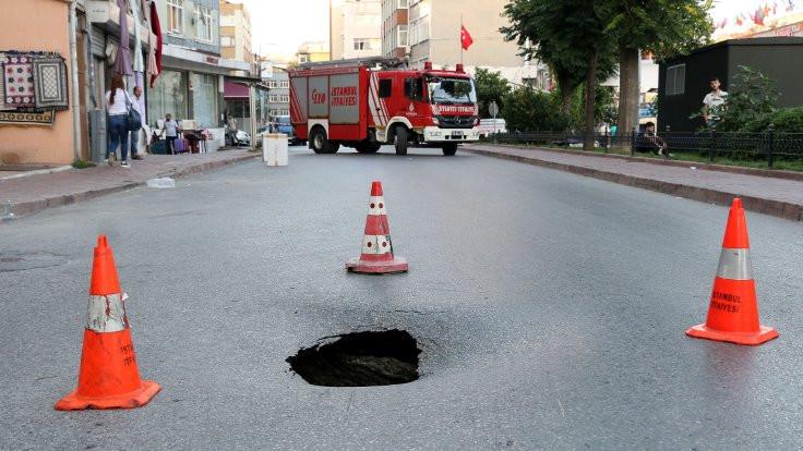Fatih'te yol çöktü trafik kesildi