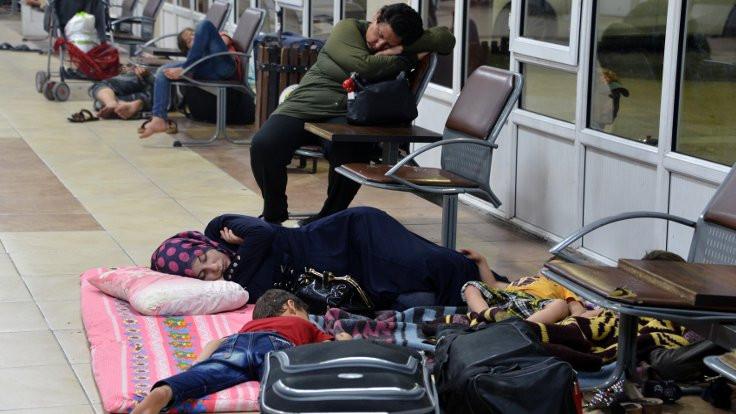 Sıcaktan kaçan mülteciler otogara sığındı