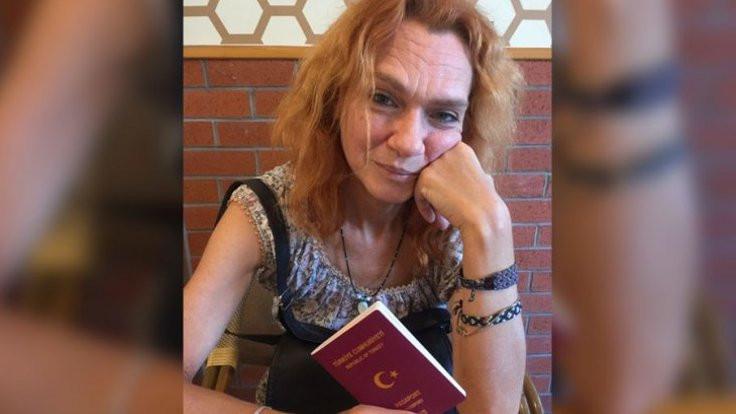 Aslı Erdoğan pasaportunu geri aldı