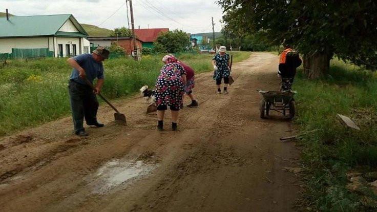 Rusya'da nineler kendi yollarını onardı