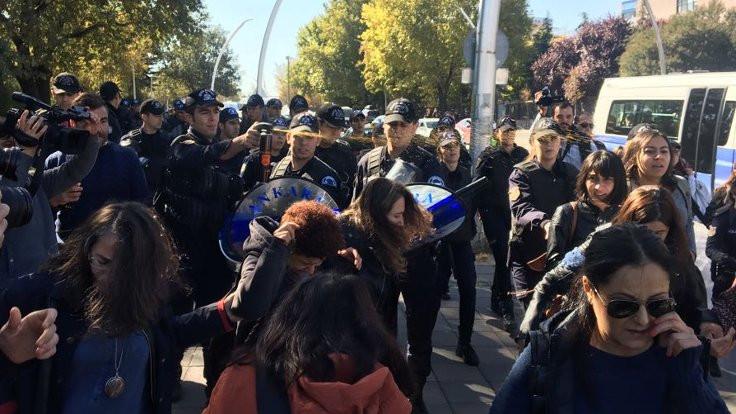 Meclis önünde kadınlara polis barikatı