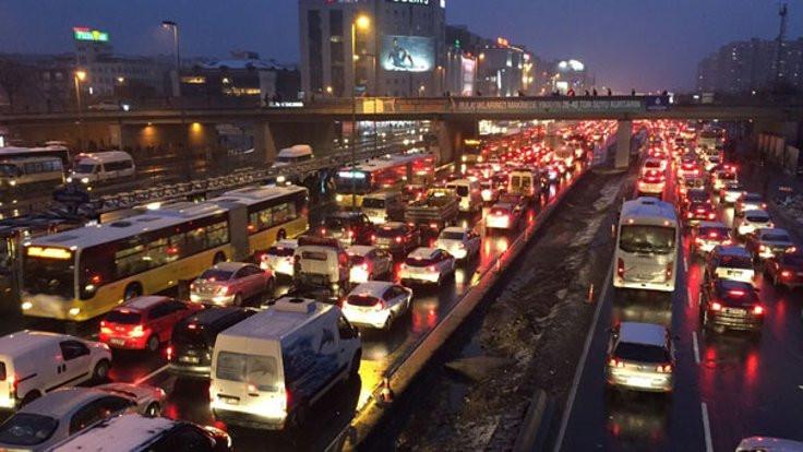 İstanbul'da TIR kazası trafiği kilitledi