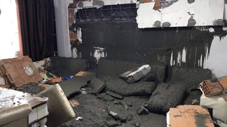 Salonda otururken tonlarca betonun altında kaldılar
