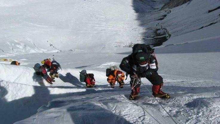 Nepal Everest'e 'tek başına' çıkmayı yasakladı