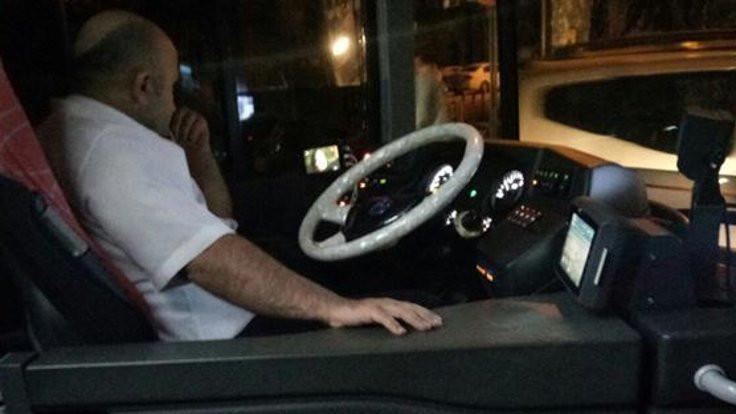 Şoför görev başında televizyon izledi