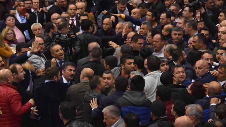 CHP İzmir İl Kongresi'nde kavga çıktı