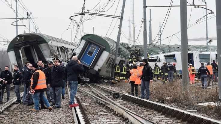 Milano'da tren raydan çıktı