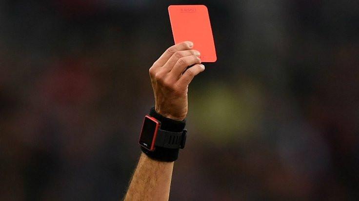Kırmızı kart gösteren hakemi öldürdü