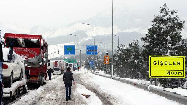 Kar Adana'da yol kapattı