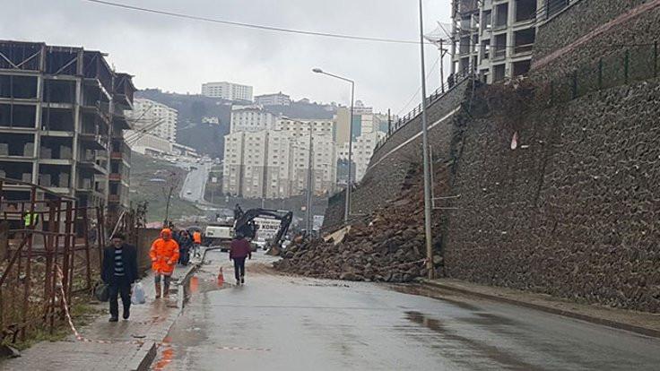Duvar çöktü, hastane yolu kapandı!