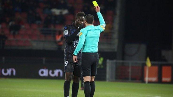 Balotelli ırkçılara kızdı, sarı kart gördü
