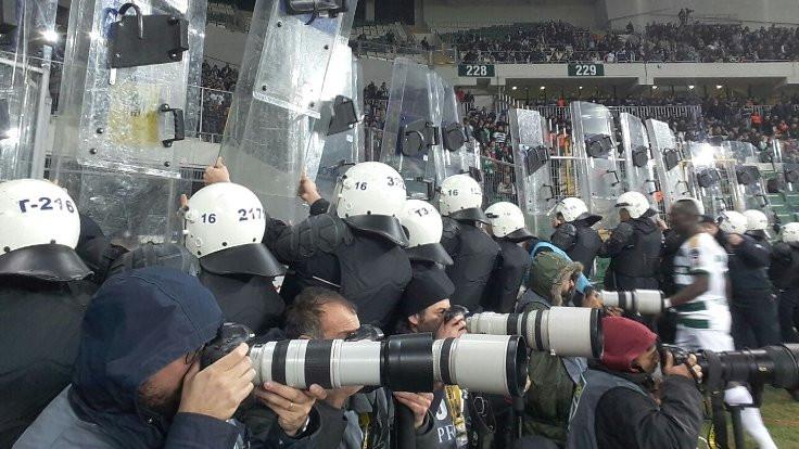 Bursaspor-Beşiktaş maçı sahaya atılan maddeler yüzünden durdu