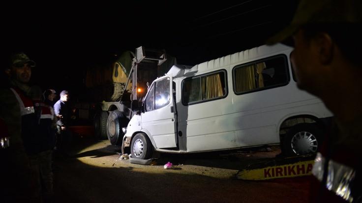 Tarım işçilerini taşıyan minibüs, askeri TIR'a çarptı