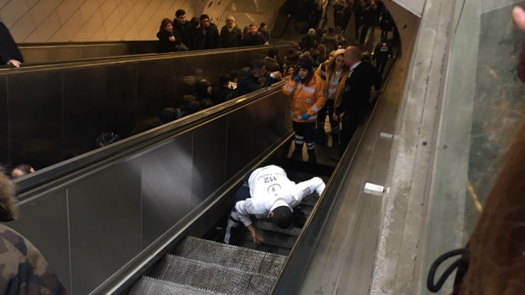 Metroda merdiven boşluğuna düşen kişi kurtarıldı