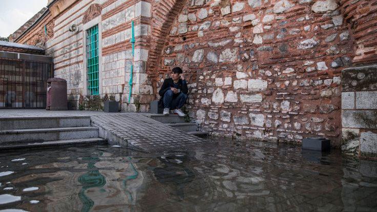 Tarihi camiyi deniz anaları bastı!