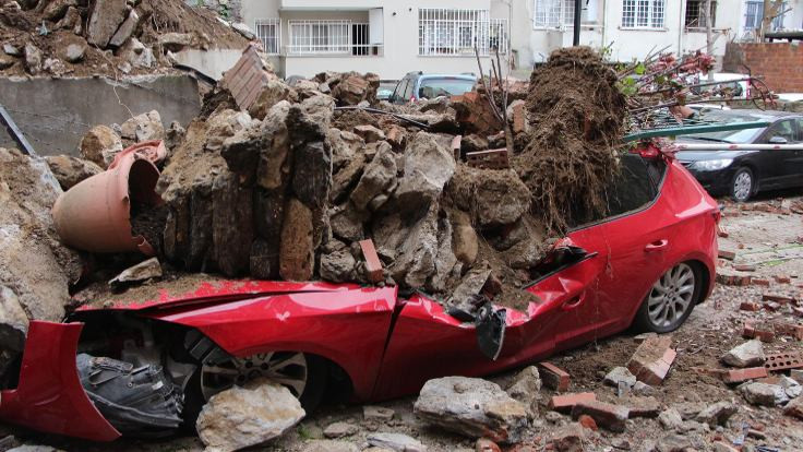 Beşiktaş'ta istinat duvarı çöktü