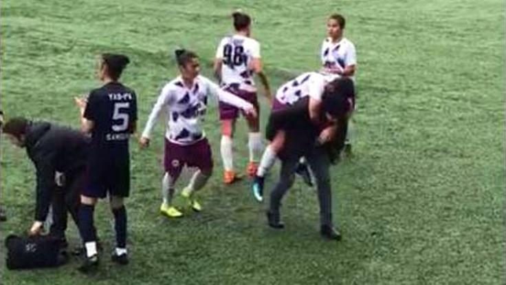 Sakatlanan futbolcuyu sırtında taşıdı
