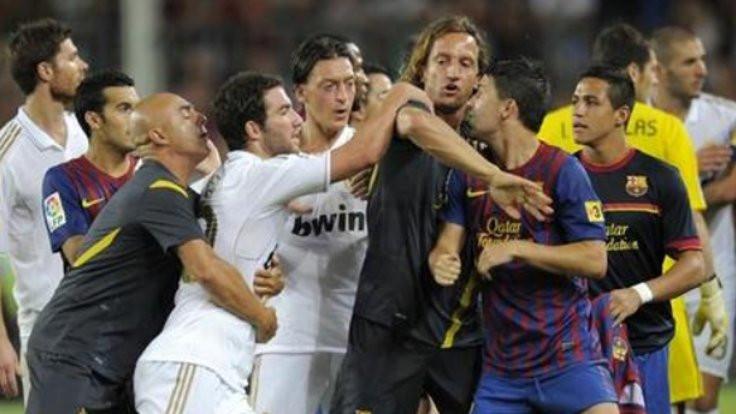 Özil'den David Villa'ya: Korkak köpek!
